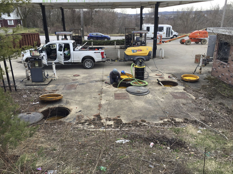 Work begins to raze abandoned Masury gas station
