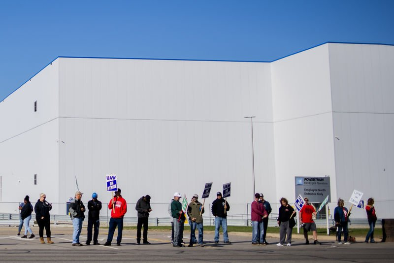 Contract talks continue as GM strike enters fourth week