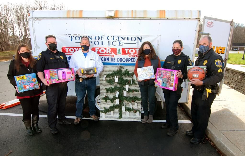 Shoreline police departments ramp up holiday drives during COVID