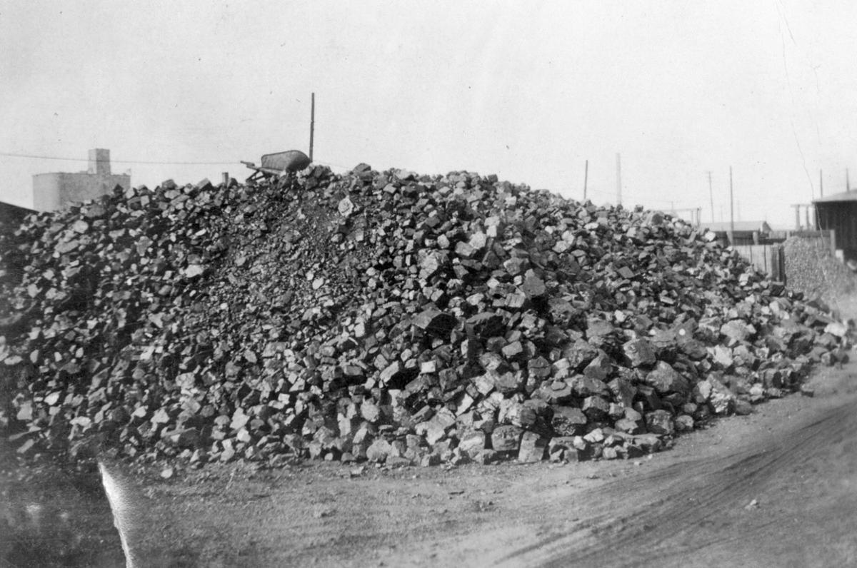 1910 coal pile at Milwaukee yards