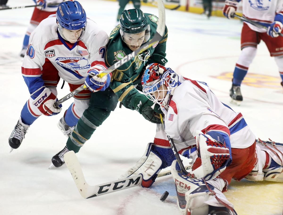 Des Moines Buccaneers at Musketeers playoff hockey