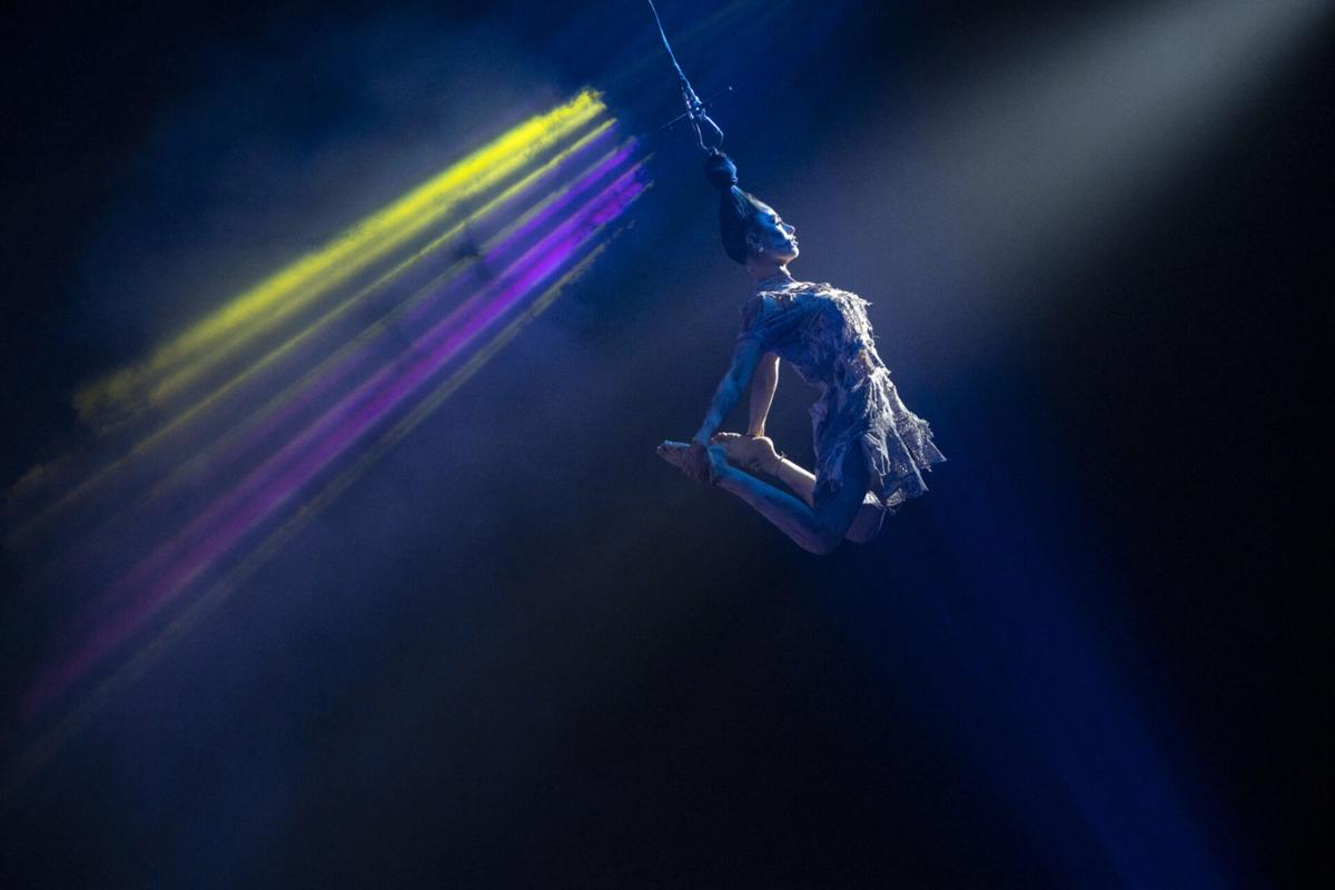 Paranormal Cirque acrobat