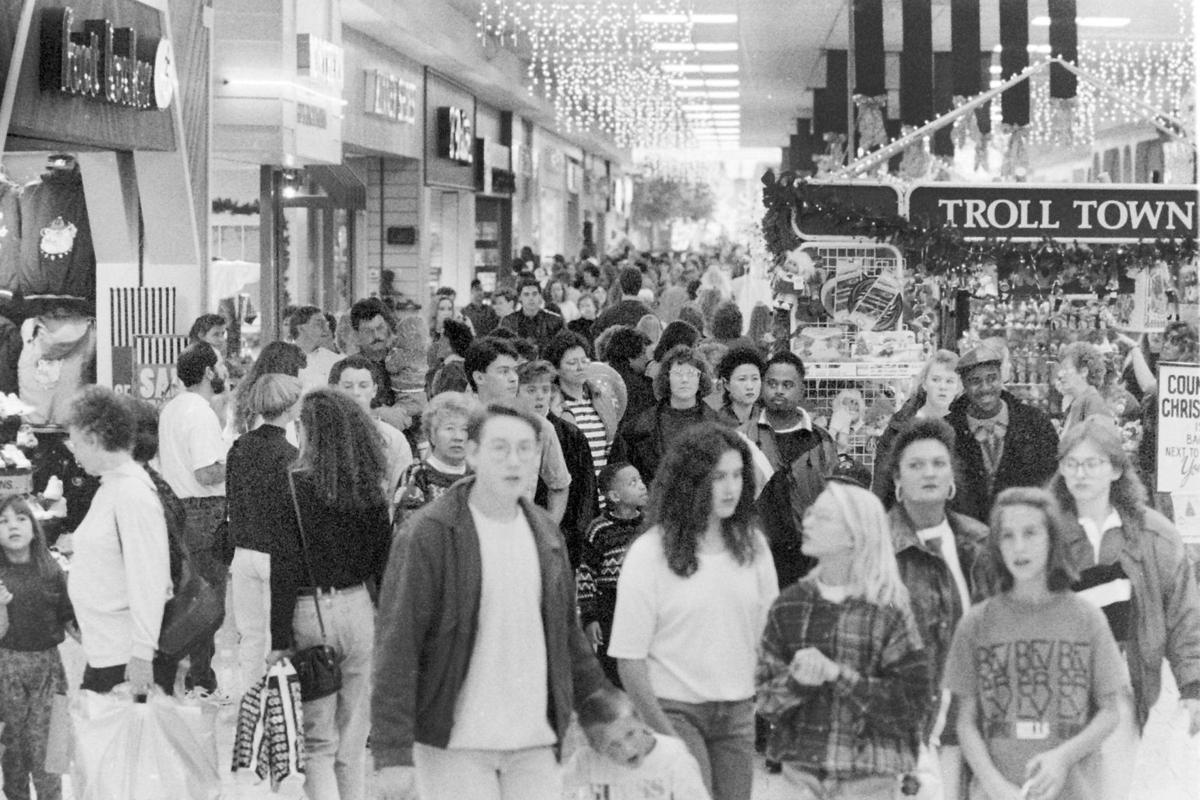 Thanksgiving shoppers at mall, Nov 1992