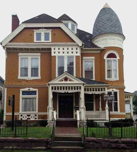 5 Homes That Prove That Less Is More: Bargain Mansions: Large Homes For Less, Selling In
