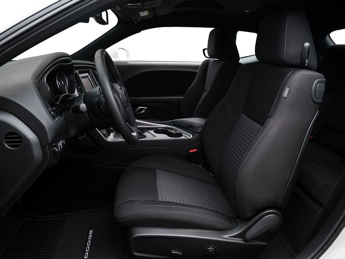 Dodge Challenger Interior >> Dodge Challenger Brings Back Iconic Appearance With Modern