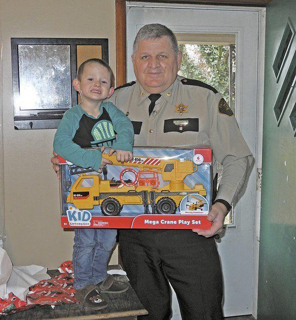 Pulaski Sheriff's deputies play Santa for a day   Local News