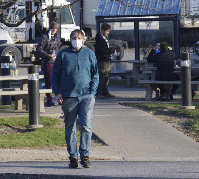 Union members walk off job atSave ALot