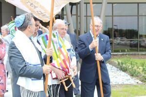 Torah walk wraps up Temple B'Nai festivities