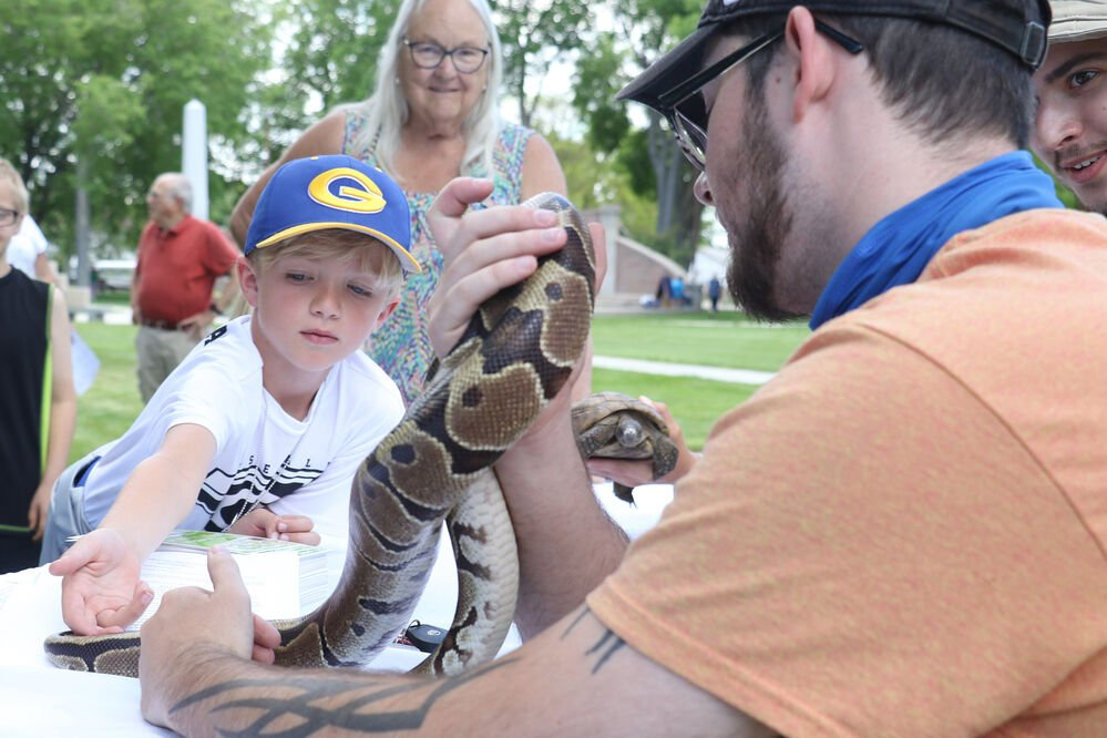 Gering Library holds outdoor sign-up event