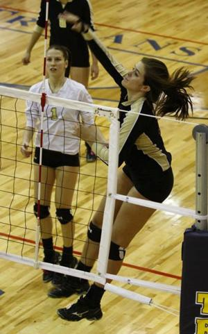 Former Bearcat Auer overcomes challenges to keep playing volleyball