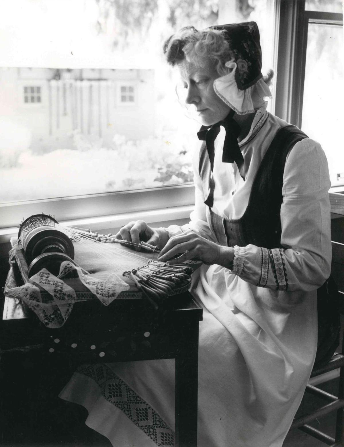 Elna Larsen making lace