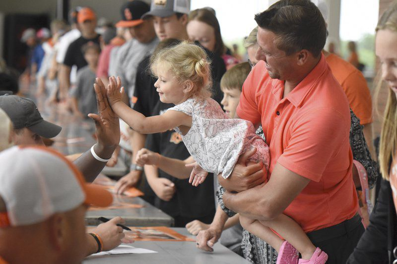 Fans flock to GIA for autographs, photos