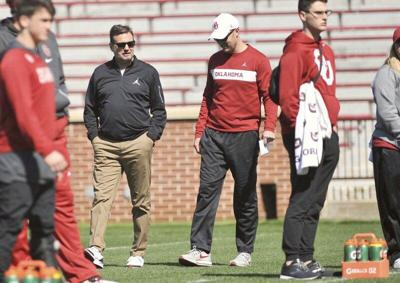 Bob Stoops assisting short-handed Sooners coaching staff