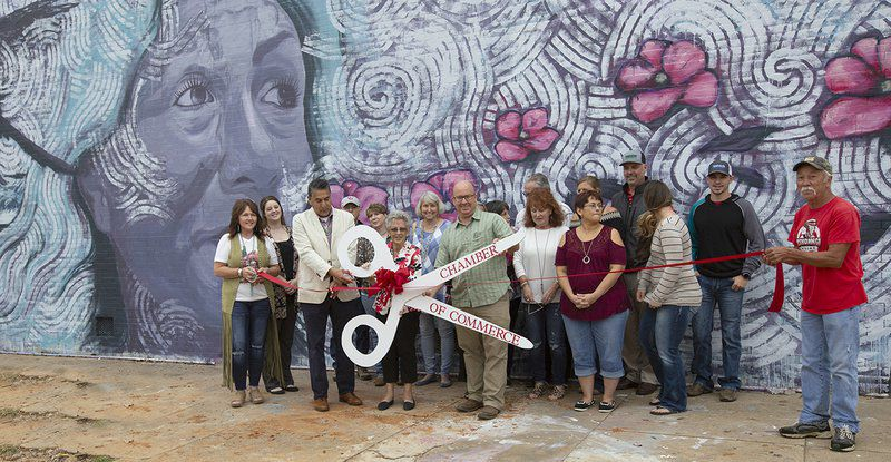international muralist applies his palette to tishomingo local
