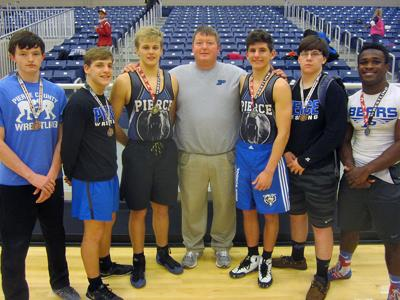 WRESTLING   Six wrestlers qualify for sectionals 2-3-16