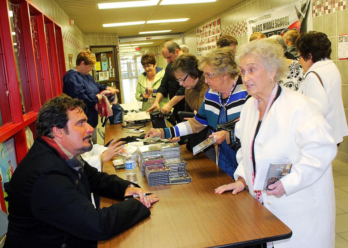 Michael Amante signing autographs