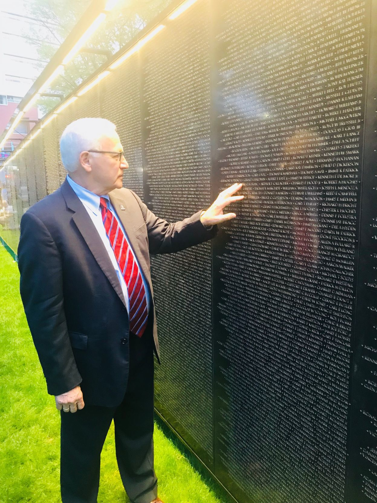 Gene Yaw Reflects At The Wall That Heals, A Half Scale Replica Of The Vietnam  Veterans Memorial In Washington, D.C. Designed To Travel To Communities ...