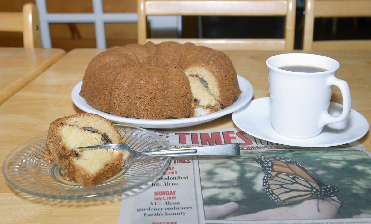 MISSOLIVIAS: Sour cream coffee cake with coffee and the morning paper