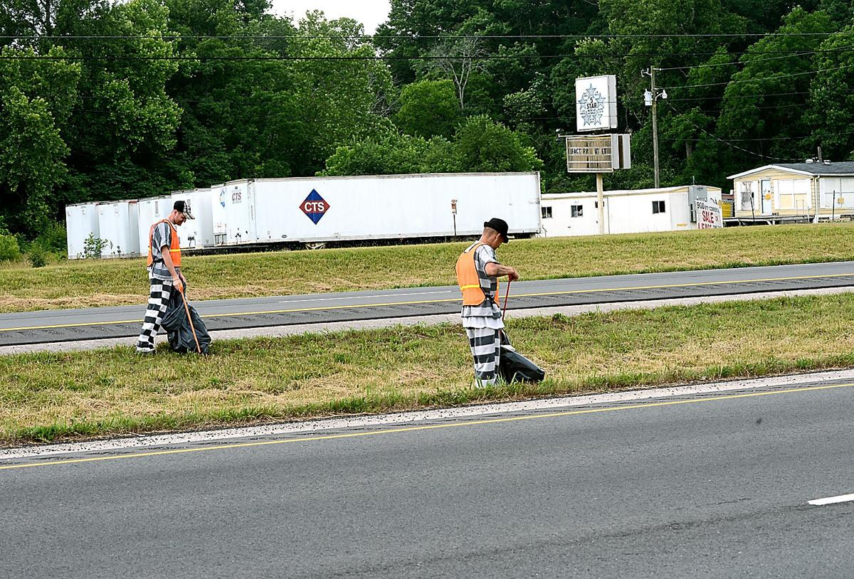 Inmates pick up trash on U.S. 321