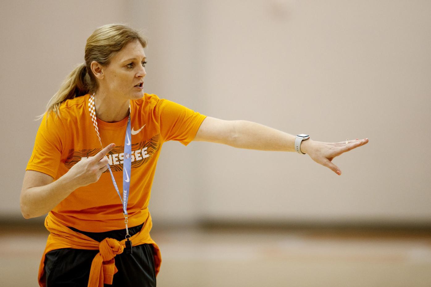 LADY VOLS: Kellie Harper at practice