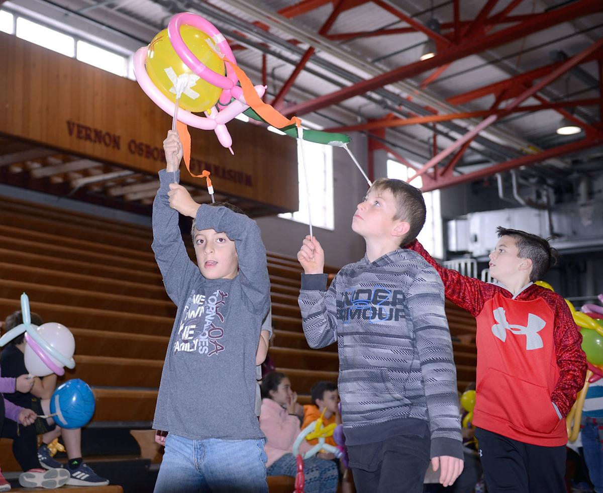Alcoa Intermediate School students present balloon parade