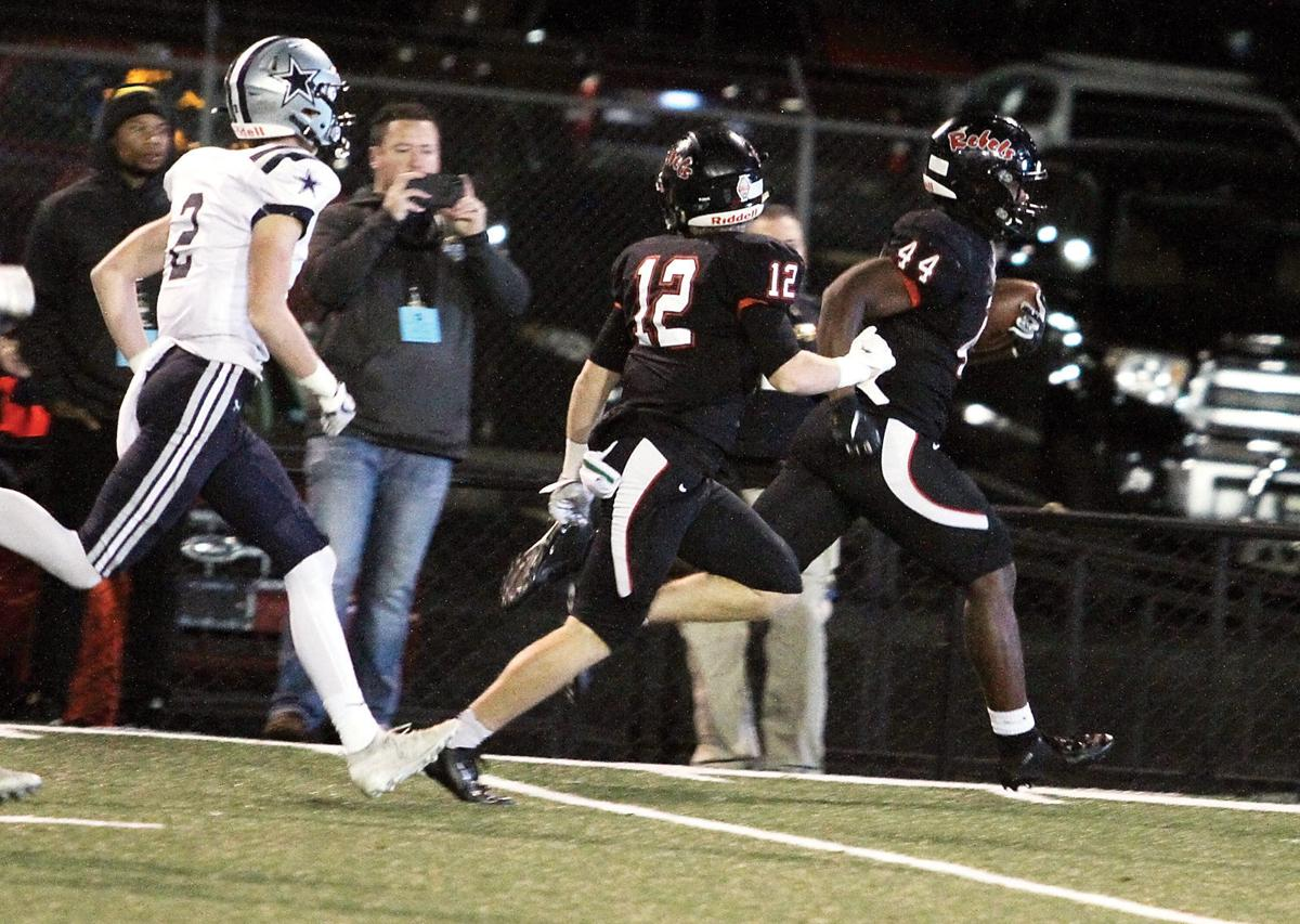 Maryville's Tee Hodge runs into the end zone for a touchdown