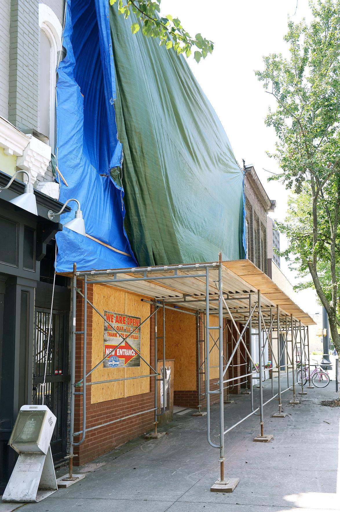 BRACKINS: Storefront Vert