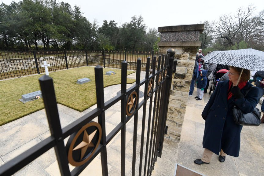 Bush Gravesite Opens To Public Mourners Laud 41st President Local
