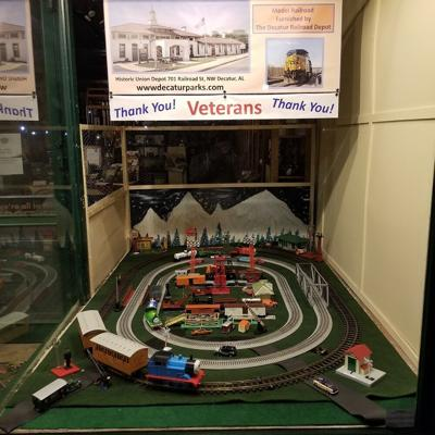 Model trains honor vets.jpg