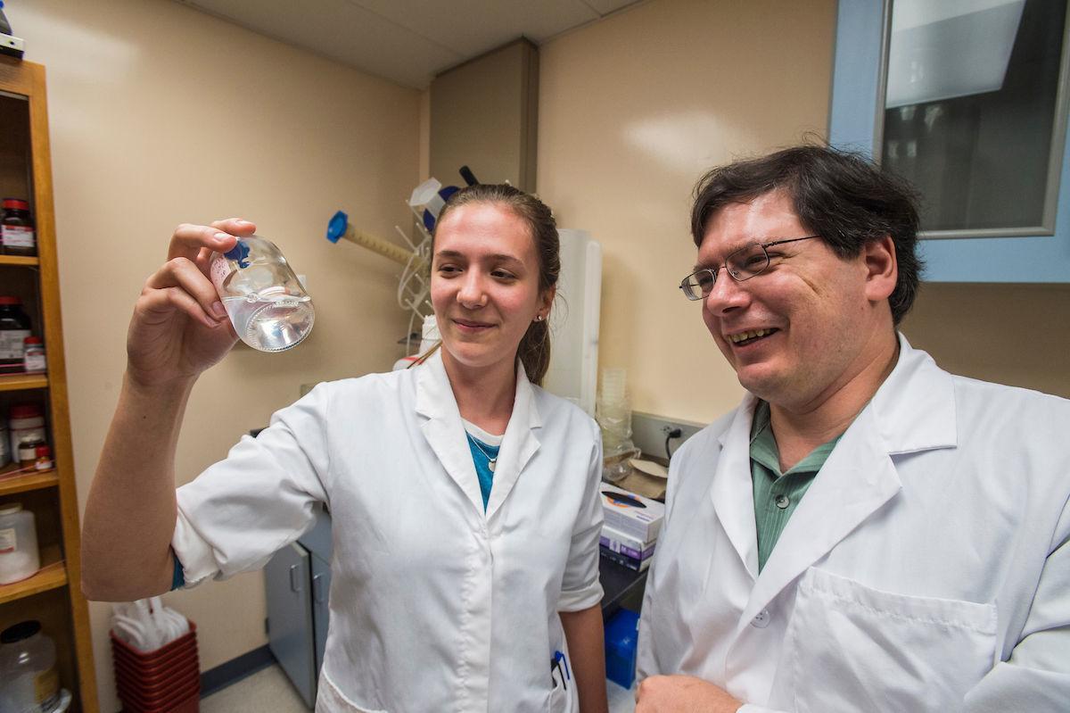 Amanda Blocker, Scott Hamilton-Brehm in Laboratory shots