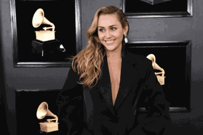 Miley Cyrus' Parents Were Her Dates For The Grammys—and Their Red Carpet Family Photo Is So Cute