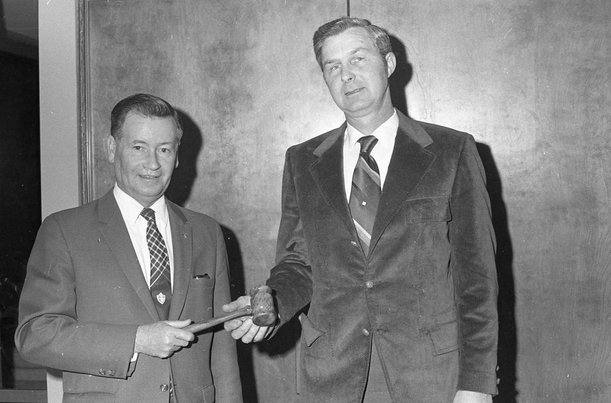 Mayor Eddie Waldrop presents gavel to incoming mayor Don Goddard, 1971