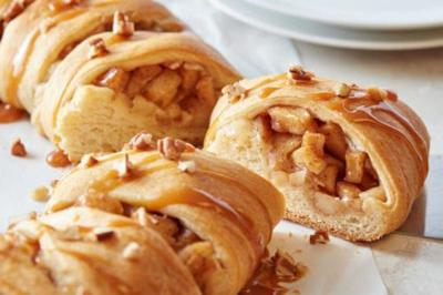 This Caramel-Apple Cream Cheese Crescent Ring Recipe Is So Easy To Throw Together