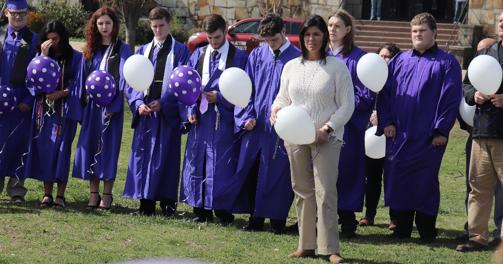 Seniors pay respect to fellow classmate