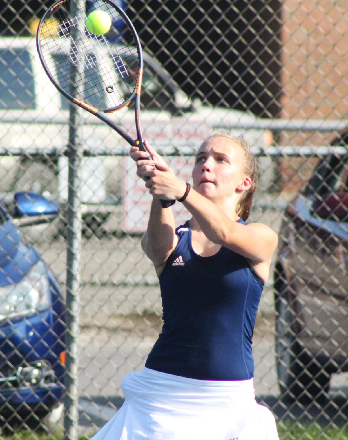 CV tennis player returns the serve