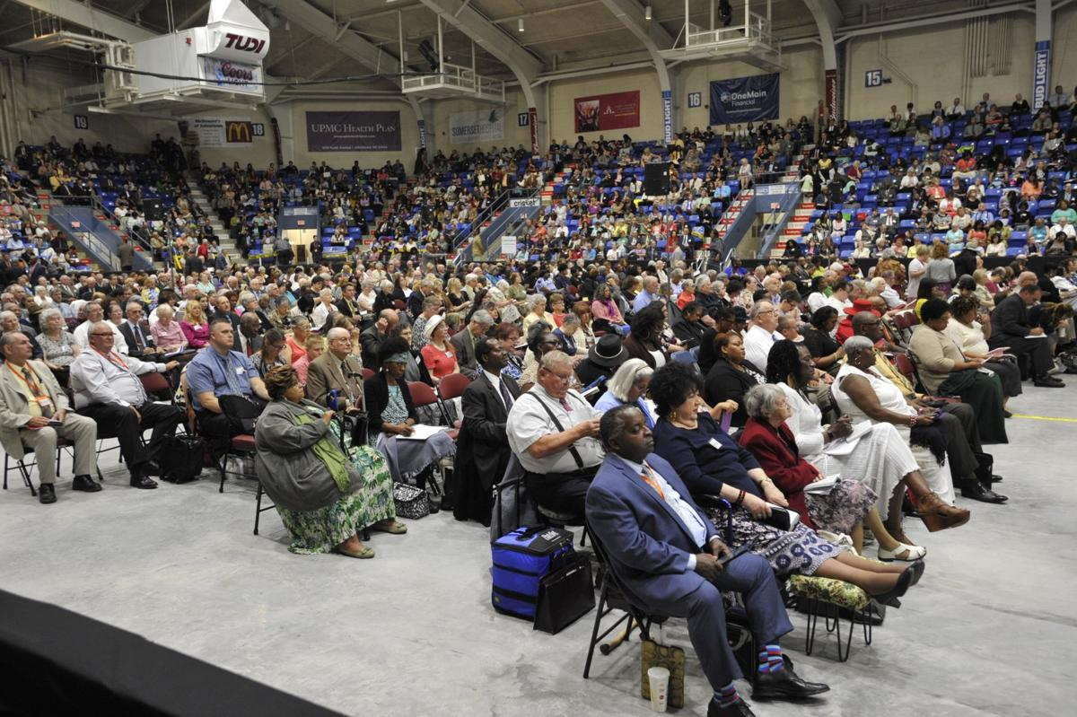 Por Todd Berkey/tberkey@tribdem.com - As Testemunhas de Jeová chegaram a Johnstown para a primeira das três convenções de final de semana a serem realizadas no Cambria County War Memorial Arena. Sexta-feira, 2 de junho de 2017.