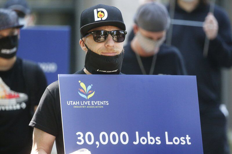 Virus sends jobless claims up for first time since March