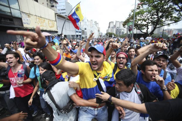 Chavez backers, protesters clash in Caracas