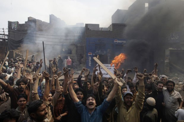 Muslim mob torches dozens of Pakistani Christian homes