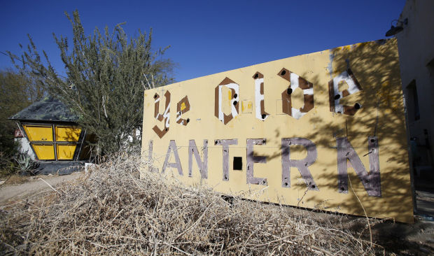 Tucson Oddity: Lantern sign now brightens yard