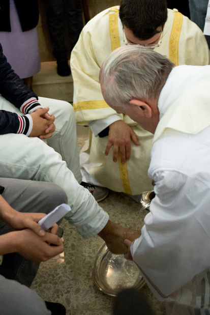 Francis washes detainees' feet