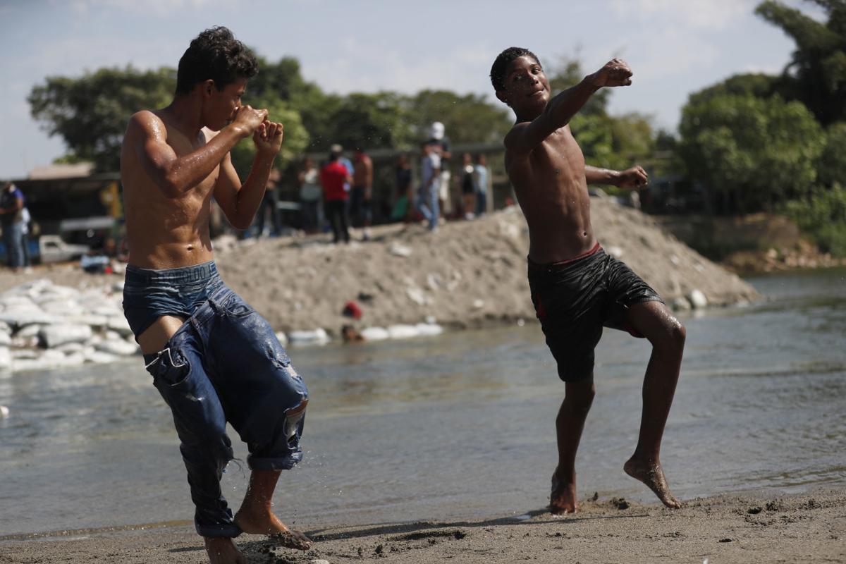 México comienza a regresar a migrantes a Honduras