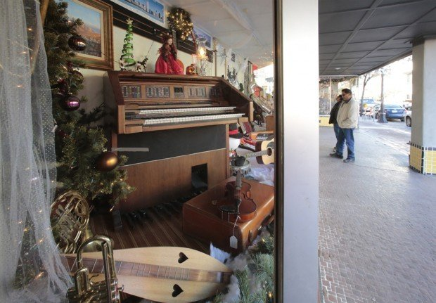 Chicago Store wins downtown decorating contest