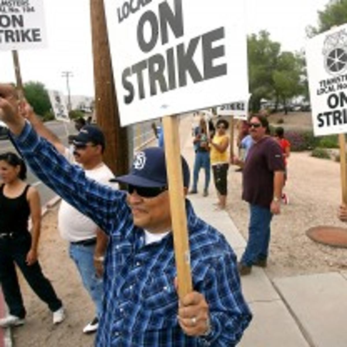 Union pickets shout down opponents of bus strike | Govt-and