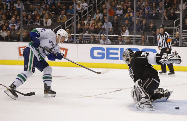 NHL: Raymond, Schneider keep Canucks tied for first in NW