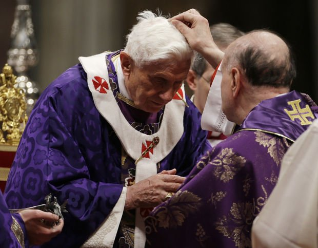 Tears, applause greet pope at his last public Mass
