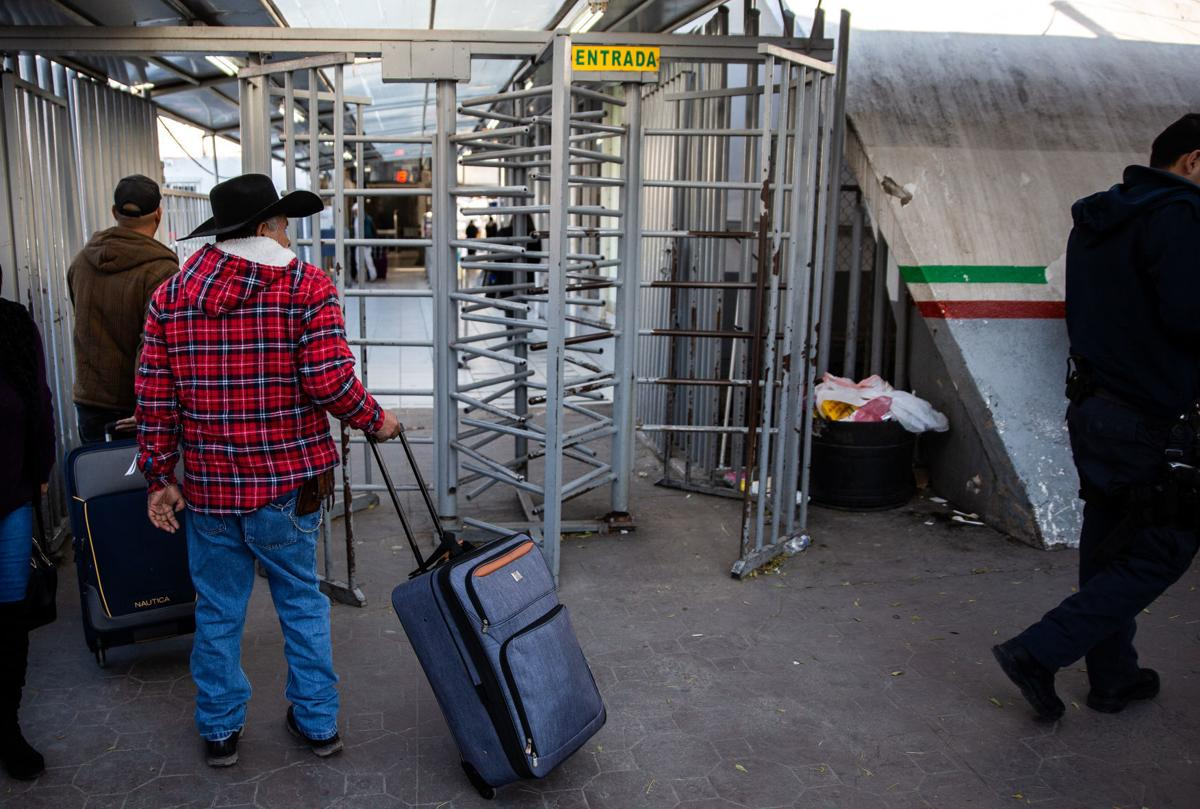 Migrant crossers in Nogales (LE)