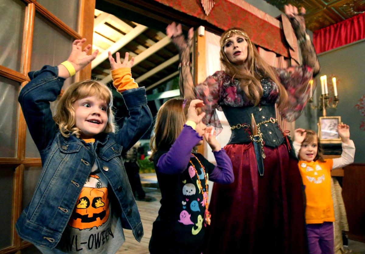 raegan carroll left amber christie and jade christie dance the monster mash with belladonna in the kid friendly show of the ravenhearse family classic