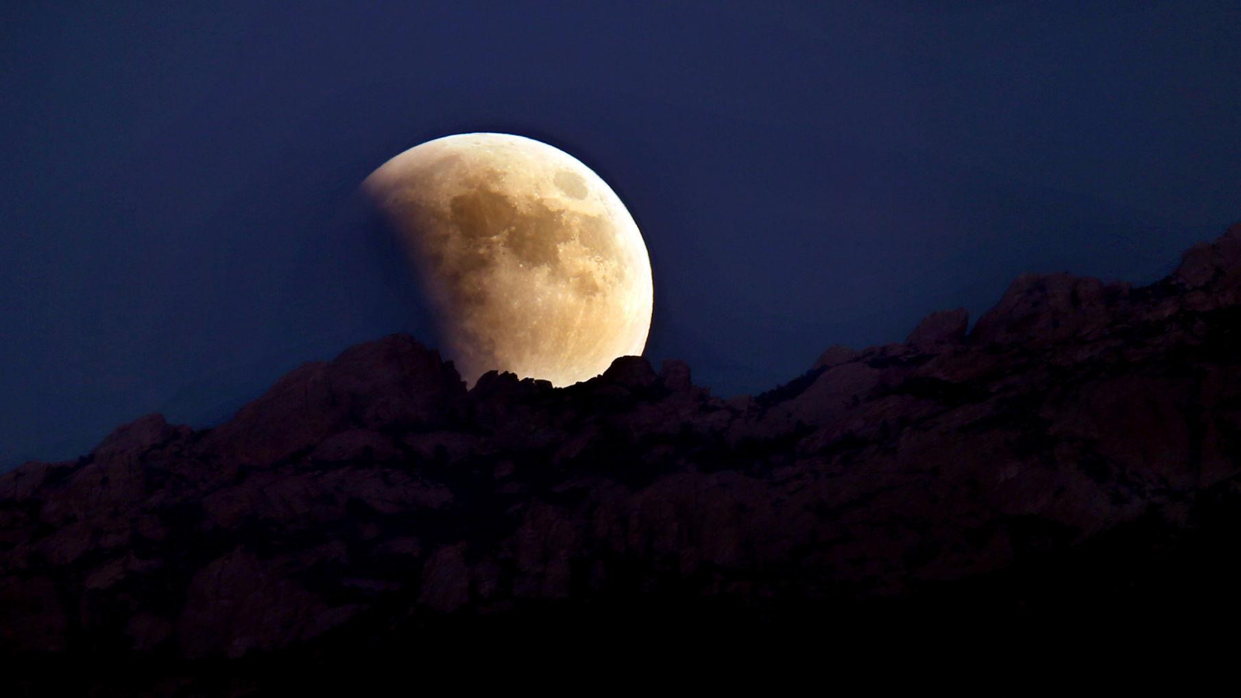 a total lunar eclipse like tonight s won t be visible in tucson again until 2021 local news tucson com a total lunar eclipse like tonight s