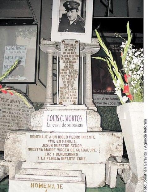 Subastan lápida de Pedro Infante  d874c91bbb1